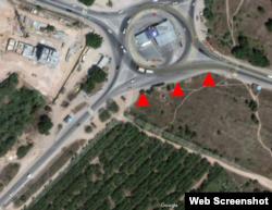 Спутниковый снимок района раскопок (обозначены красными треугольниками)