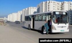 Aşgabatdaky duralgasyz awtobus duralgalarynyň biri