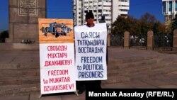Асхат Жексебаев Тәуелсіздік монументінің алдында тұр. Алматы, 18 қазан 2019 жыл.