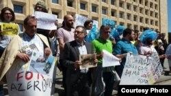 Участники акции с требованием расследовать похищение в Грузии азербайджанского журналиста Афгана Мухтарлы. Тбилиси, 31 мая 2017 года.