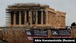 Плакати грецьких комуністів проти угоди на Акрополі, Афіни, 24 січня 2019 року