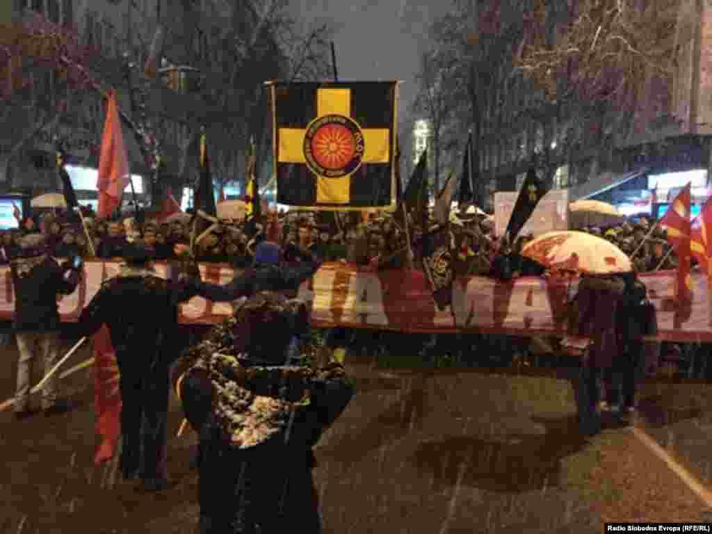 МАКЕДОНИЈА - Неколку илјади граѓани протестираа во Скопје, за, како што рекоа, одбрана на името на државата и идентитетот на нацијата. Протестот почна пред Мисијата на Европската унија, а потоа граѓаните се упатија кон Собранието на Македонија. Демонстрантите извикуваа Македонија, Македонија и пеаја партиотски песни. Опозициската ВМРО-ДПМНЕ претходно се огради дека е организатор на протестот.