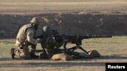 یک سرباز ارتش بریتانیا در حال آموزش پیشمرگههای کرد عراق در اربیل