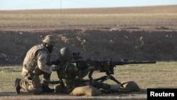 Британські військовослужбовці навчають вояків курдського воєнізованого формування Пешмерга на полігоні в Ербілі, Ірак, 5 листопада 2014 року