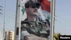 Портрет Башара Асада на въезде в город Хомс, июнь 2012 г.