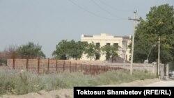 """Бішкек қасындағы Қой-Таш ауылында салынып жатқан, """"президент Алмазбек Атамбаевқа тиесілі"""" деп сипатталатын үй."""