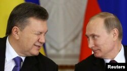 Украина президенті Виктор Янукович (сол жақта) пен Ресей президенті Владимир Путин. Мәскеу, Ресей-Украина мемлекетаралық комиссиясы отырысы, 17 желтоқсан 2013 жыл.