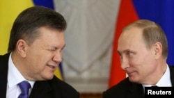 Ukrainian President Viktor Yanukovych (left) and his Russian counterpart Vladimir Putin. (left)