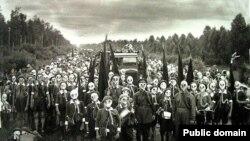 Пионеры в противогазах во время начальной военной подготовки. СССР, 1937 год