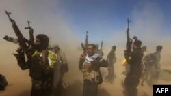 """Иракские правительственные войска во время наступательной операции на Тикрит, занятый боевиками группировки """"Исламское государство"""". 11 марта 2015 года."""
