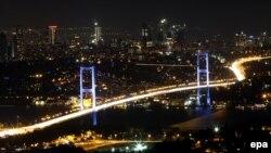 Мост через Босфорский пролив в Стамбуле. 15 июля 2016 года.