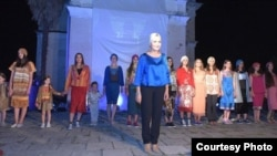 Русудан Кобякова предложила варианты платьев и костюмов, которые могут носиться нынешней осенью и зимой в Абхазии