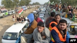 Учасники маршу під проводом Мухаммада Тагіра-уль-Кадрі, на фото за 80 кілометрів від Ісламабада, 14 січня 2013 року
