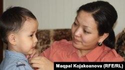 Преподавательница университета Динара Киялова вместе с сыном Абзалом. Алматы, 5 марта 2013 года