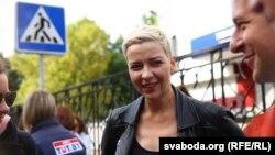 По думи на очевидец опозиционната лидерка Мария Калесникова е била завлечена от мъже в цивилни дрехи в минибус . От полицията в Минск отричат тя да е била задържана, а вътрешното министерство на Беларус отказа коментар по случая