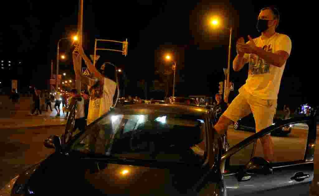 Дүйсенбінің кешінде Минскінің Притыцкий көшесінде бірнеше мың адам жиналды. Куәгерлердің сөзінше, полиция оларды тарату үшін жарқылдақ граната қолданып, жас ағызатын газ шашқан.