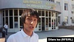 Белсенді Сүйін Абулда Шымкент қаласы әкімдігінің алдында тұр. 15 қыркүйек 2017 жыл.