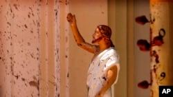 Кровь на статуе Иисуса в церкви Негомбо, где произошёл один из взрывов.