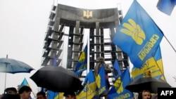 Львівські депутати обласної та міської рад сьогодні зібрались на позачергову сесію біля пам'ятника провідникові ОУН Степанові Бандері, 13 січня 2011 року