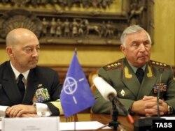 Адмірал Джеймс Ставрідіс з начальником генштабу Росії Миколою Марковим у Москві 10 жовтня 2011 року