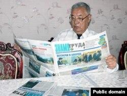 """Жамбыл облыстық """"Знамя труда"""" газетін оқып отырған адам. Сурет газет сайтынан алынды."""