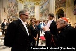 Вольтер Аттанази (оң жактан экинчи) Ватикандагы концерттен кийин. 26.09.2013