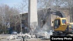 В Ангрене сносят памятник советскому солдату.