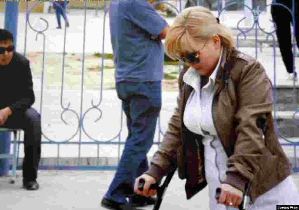Фотокопия снимка подсудимой Айжан Дуйсенбаевой, ставшей инвалидом в результате ранения 16 декабря 2011 года во время событий в Жанаозене.