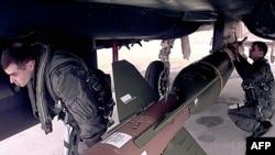 بمب سنگرکوب جی بی یو ۲۸. عکس مربوط به نیروی هوایی آمریکا در سال ۲۰۰۳ است.