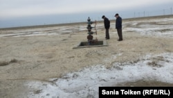 Местность на окраине села Жанбай, где, как говорят местные жители, била фонтаном нефть. 10 апреля 2017 года.