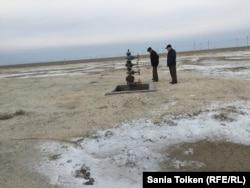 Жанбай ауылы сыртындағы мұнай атқылаған орын.
