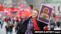 Жанчына з «іконай Сталіна»на дэманстрацыі 1 траўня 2012 году ў Маскве, ілюстарцыйнае фота