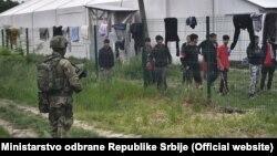 Vojska Srbije ispred prihvatnog centra Adaševci kod Šida