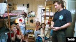 "Евгений Ройзман с пациентками фонда ""Город без наркотиков"". Март 2004 года"