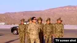 Türkmenistanyň prezidenti Gurbanguly Berdimuhamedow Akdepedäki harby bölümde, 2010-njy ýylyň iýul aýy.