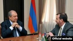 Президент Армении Армен Саркисян (слева) и посол США Ричард Миллз, Ереван, 23 апреля 2018 г.