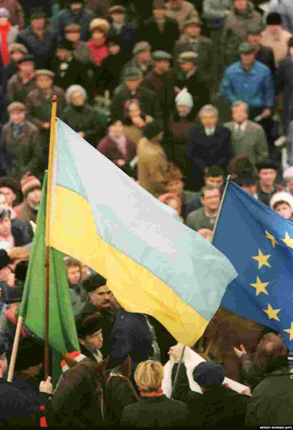 Мітинг у Києві 30 листопада 1991 року – в переддень референдуму за незалежність України. На світлині, зокрема, прапори – України та тодішнього Європейського економічного співтовариства (ЄЕС)
