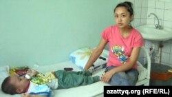 Науқас баланың анасы Бота. Балалардың қалалық клиникалық жұқпалы аурулар ауруханасы. Алматы, 9 маусым 2011 жыл.