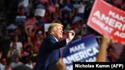 Доналд Трамп гуфт, ки сабаби ҳузури камтари тарафдоронаш дар майдон матбуот будааст, ки онҳоро бо коронавирус тарсонд.