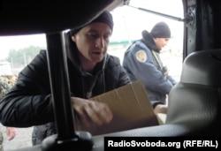 Сергій Жадан дарує книги солдатам на блокпості на Донбасі. 2014 рік