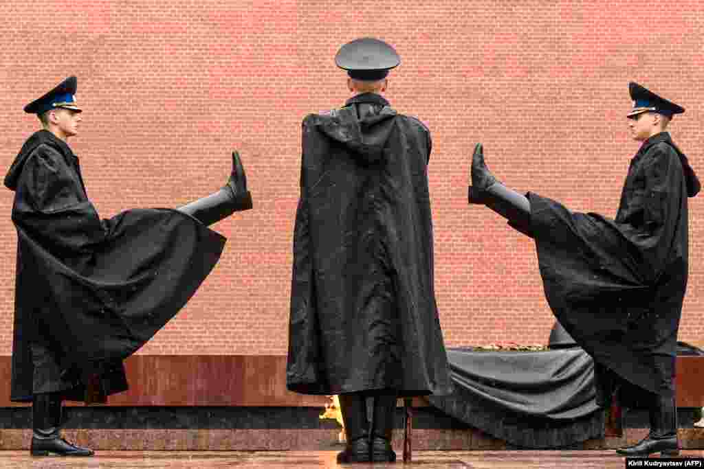 A Russian honor guard on duty in heavy rain at the Tomb of the Unknown Soldier in downtown Moscow. (AFP/Kirill Kudryavtsev)