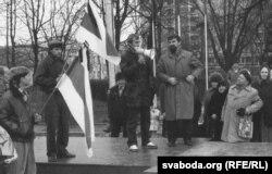 Мікола Шарах выступае на мітынгу 3 лістапада 1990 году (фота з архіву Васіля Падасетнікава)