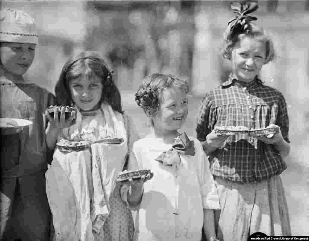 """რუსი ლტოლვილი ბავშვები, რომლებიც 1920-ში გაიქცნენ თურქეთში. რუსეთის ელიტას ბოლშევიკები უწოდებდნენ """"ყოფილებს"""" («Бывшие"""",«Бывшие люди») და ამ ხალხს კარგს არაფერს უქადდა მომავალი ქვეყანაში, სადაც სულ უფრო მეტ ძალაუფლებას იხვეჭდნენ ბოლშევიკები."""
