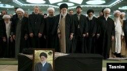 در نماز میت برای محمود هاشمی شاهرودی بسیاری از رهبران جمهوری اسلامی حضور داشتند.