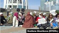 Ипотечники, объявившие голодовку в центре Астаны. 27 мая 2013 года.
