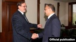 Министр обороны Армении Сейран Оганян (справа) и посол России в Армении Иван Волынкин, Ереван, 30 сентября 2015 г.