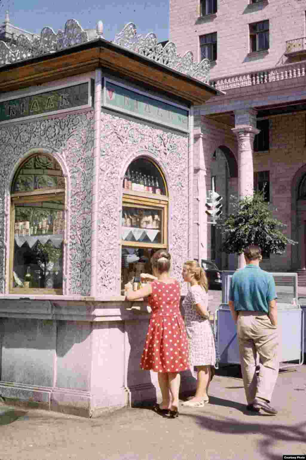 Kiosk No. 125 in Kyiv used to sell beverages and also alcoholic drinks and cigarettes. The kiosk is still there but looks rather different today.