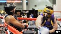 """Тамерлан Царнаев (справа) на ринге во время боя в Национальном чемпионате по боксу """"Золотые перчатки"""" в весе до 201 фунтов. Солт-Лейк-Сити, штат Юта, США. 4 мая 2009 года."""
