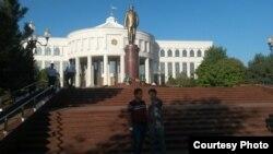 К памятнику Исламу Каримову идут единицы… Фото: Ц-1.