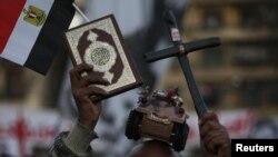 القران والصليب في مظاهرة بمبدان التحرير في القاهرة 18كانون2
